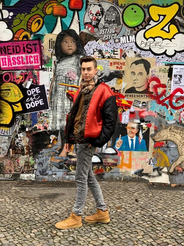 kunstwand modeblogger bei der berlin fashion week outfit braun