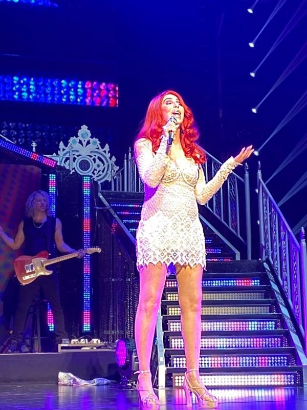 Cher Berlin Konzert  mit roter Perücke und weißem Spitzenkleid