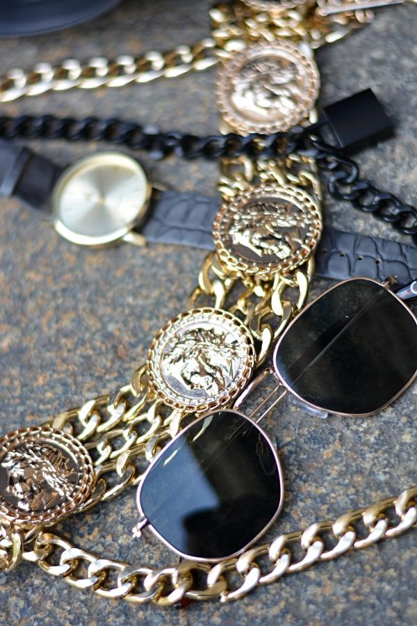 Ketten, Uhr und Sonnenbrille Details