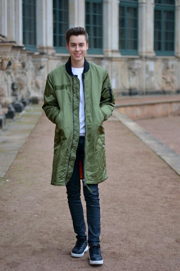 Zeit Blogger aus Dresden mit langem grünen Mantel