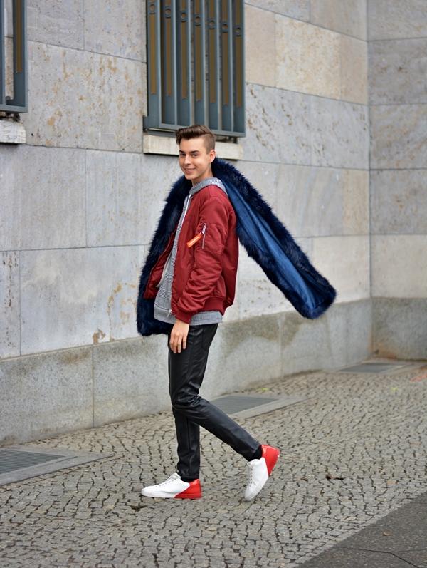 2019 hat mit der Fashion Week angefangen. Das Outfit dazu ist eine Lederhose, rote Jacke und ein blauer Fake Für Schal