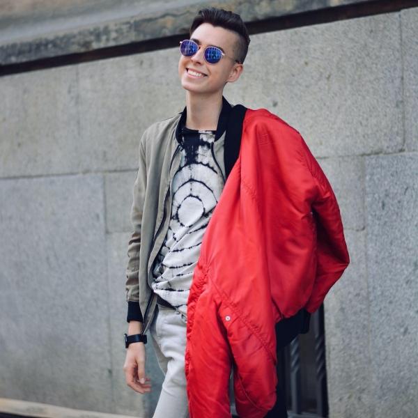 Modeblogger aus Dresden in roter Jacke und Sonnenbrille