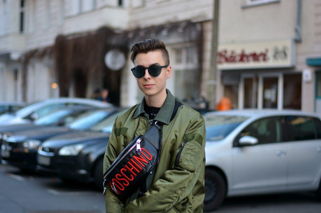 Modeblogger bei der Berlin Fashion Week mit Moschino Bauchtasche