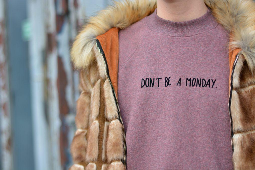 """Foto für Instagram. Kunstpelzjacke und Pullover mit """"Don't be a Monday"""" Aufschrift."""