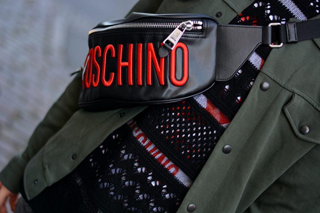 Moschino Bauchtasche mit grüner Jacke und gehäkeltem T-Shirt. Bei der Berlin Fashion Week im Januar 2020