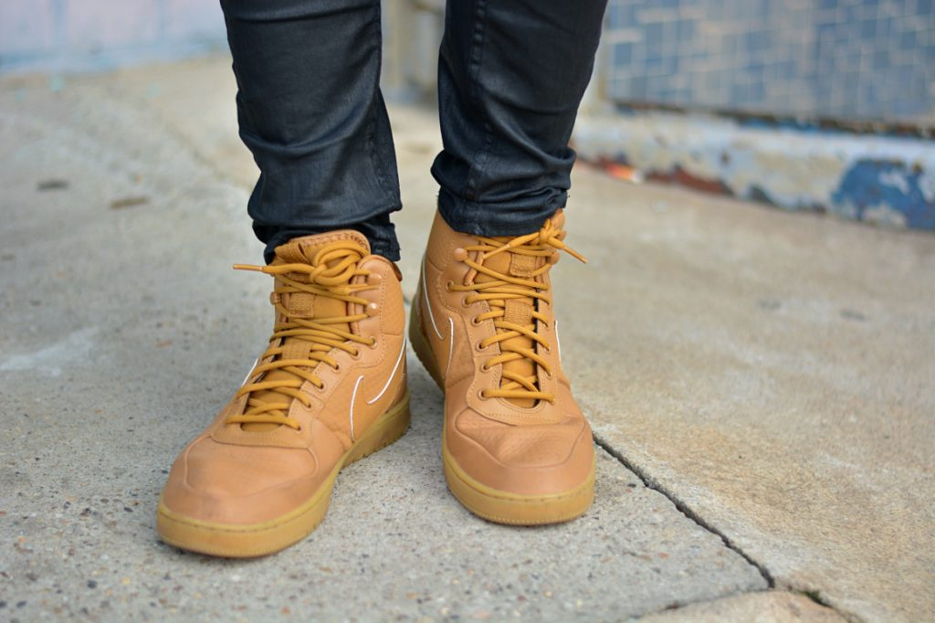 Nahaufnahme braune Nike Schuhe. Instagram