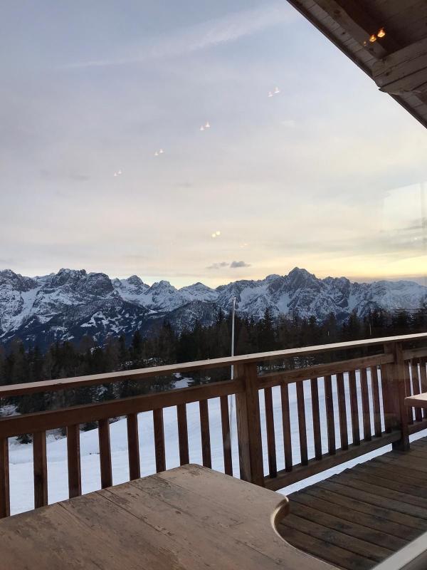 Sonnenuntergang in Österreich. Alles verschneit