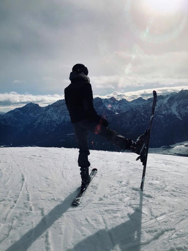 Skifahrer in Österreich hebt Bein