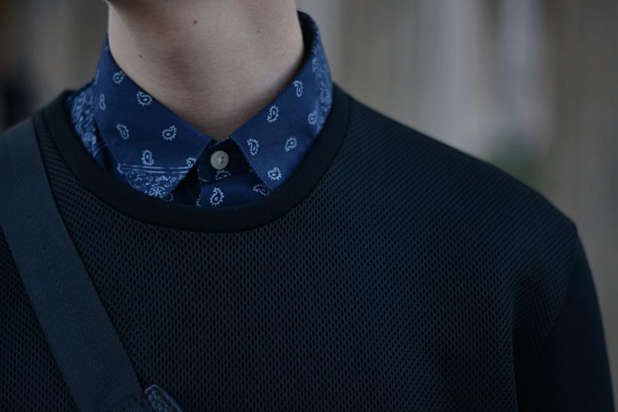 Deutscher Blogger. Blaues Hemd und schwarzer Pullover