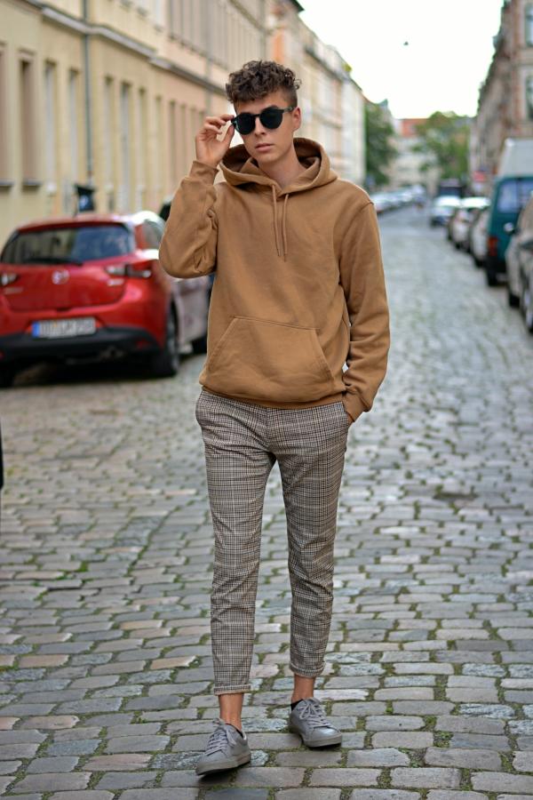 Neuer Style von Pierre Engelmann. Schlichte Brille, Lockenkopf und lässiges Outfit