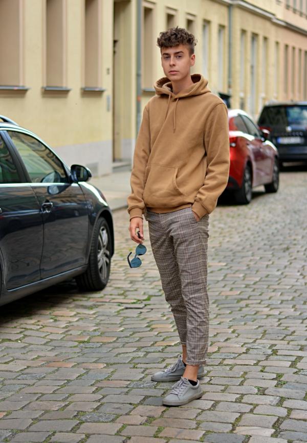 Neuer Style von Pierre. Lässig auf der Straße stehend mit Pulli und lockerer Hose