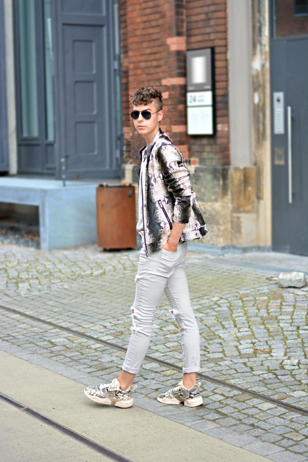 Modeblogger in outfit in beige und Aimal Print Lederjacke