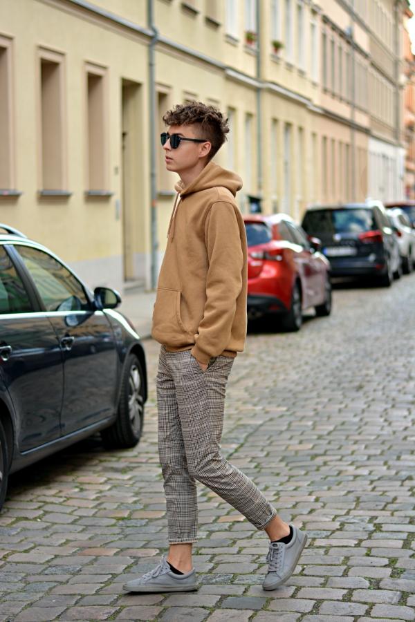 Der Modeblogger Pierre zeigt seinen neuen Style. Locken auf dem Kopf und lässiger Pullover