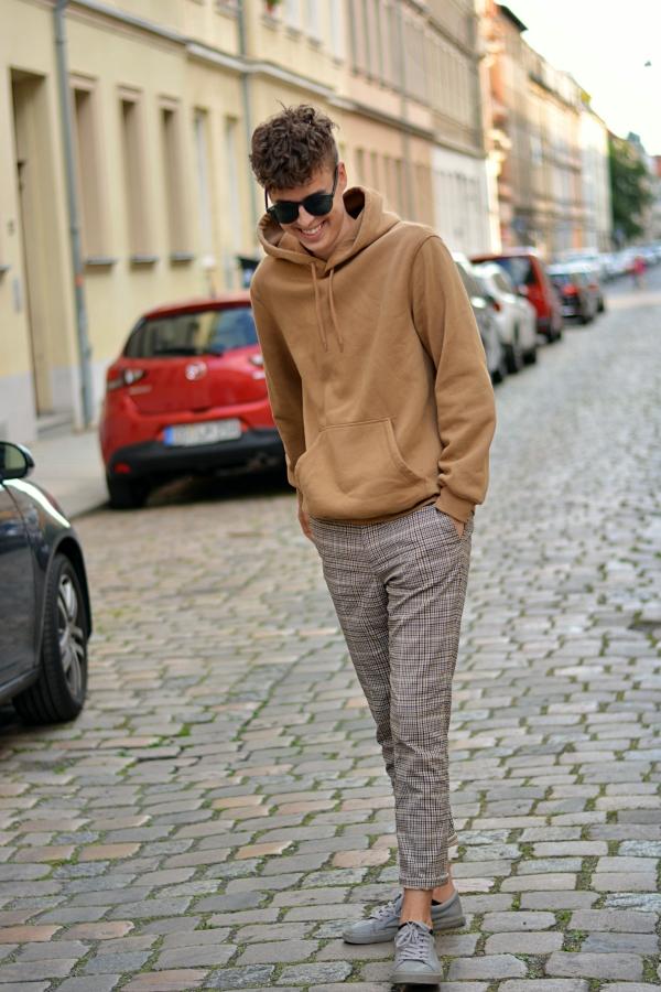 Neuer Style von Pierre lachend mit Locken und gemütlichen Pulli