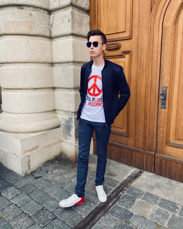 Outfitbild von Modeblogger, weißes Moschino Shirt Projekt
