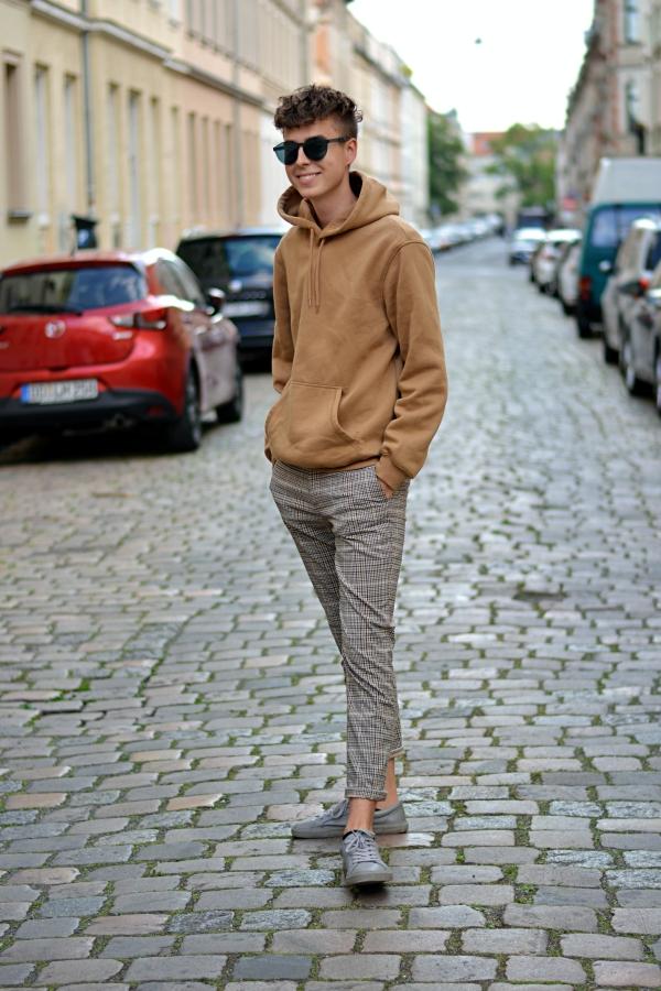 Lässige Pose von Pierre mitten auf der Straße