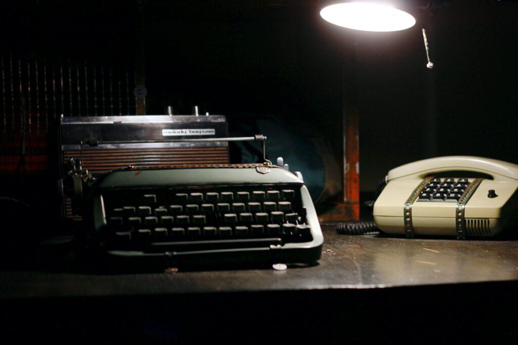 Escape Room Knast 13 mit alter Schreibmaschine