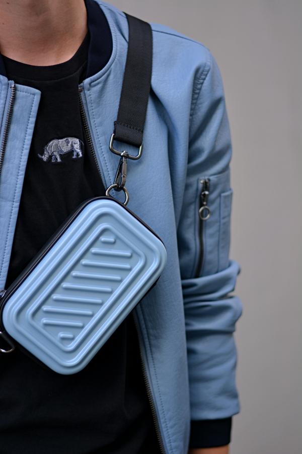 Taschen für Männer, eine hellblaue Umhängetasche