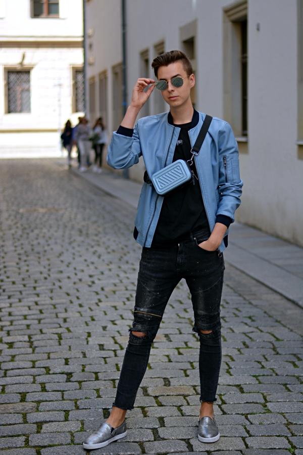 mann in blau-schwarz Outfit- Taschen für Männer