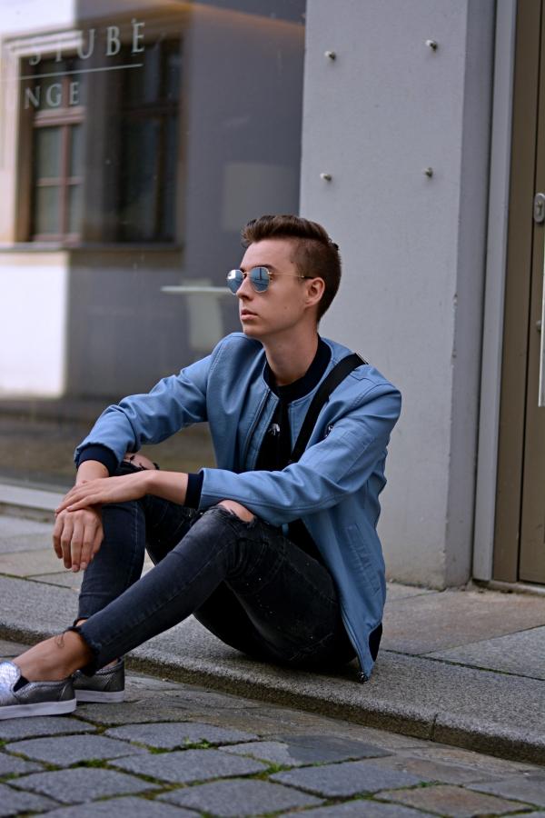 Modeblogger Pierre Engelmann sitzt auf Boden