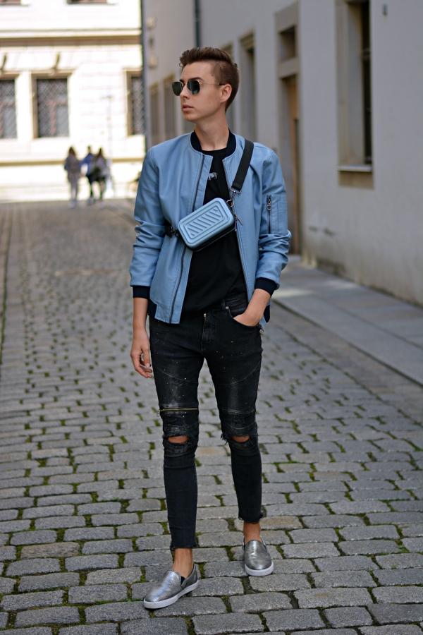 Ganzkörperfoto von Mann in blau schwarzem Outfit
