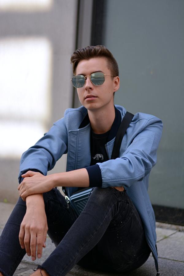 Modeblogger Pierre Engelmann sitzt auf dem Boden