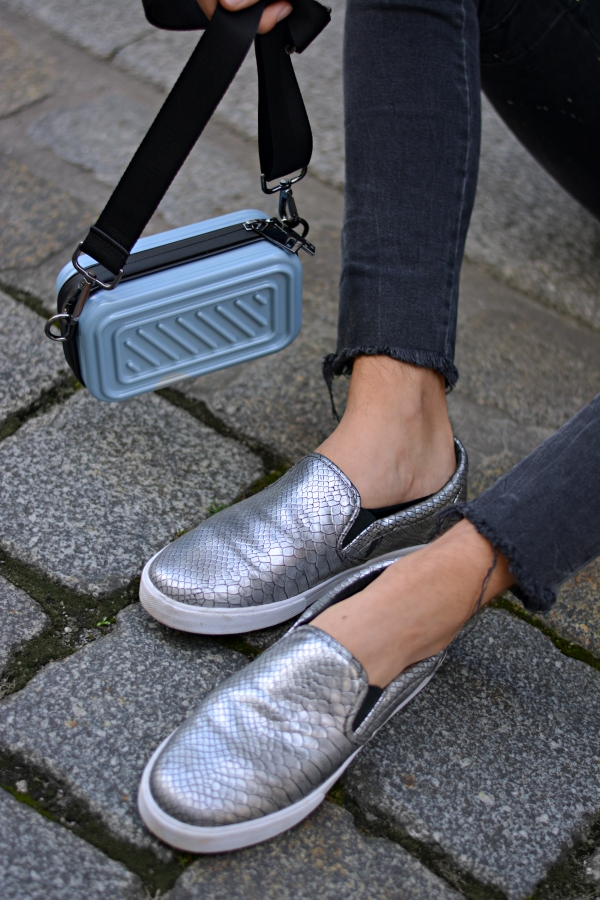 Taschen für Männer, Detailaufnahme von Umhängetasche und Schuhen