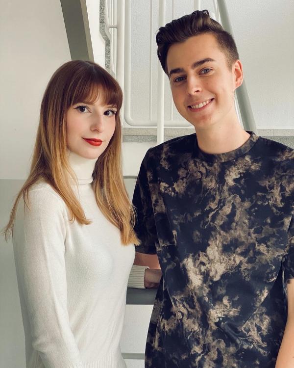 Foto von zwei jungen Leuten. Titelbild des Podcasts Follower ohne Ende Folge im Oktober