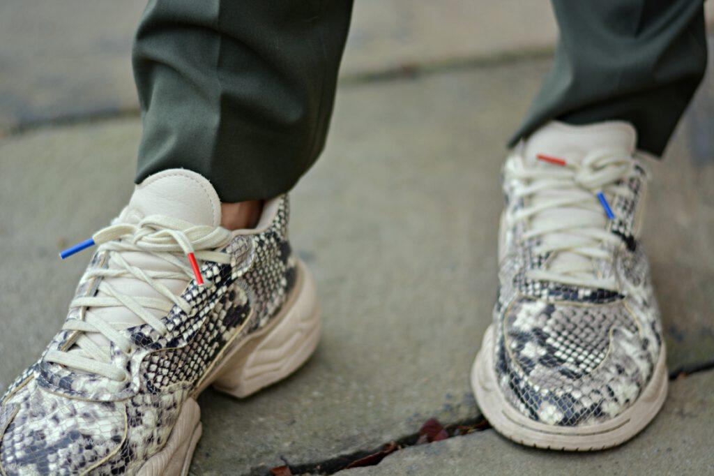 Detailaufnahme Schuhe in Schlangenoptik.