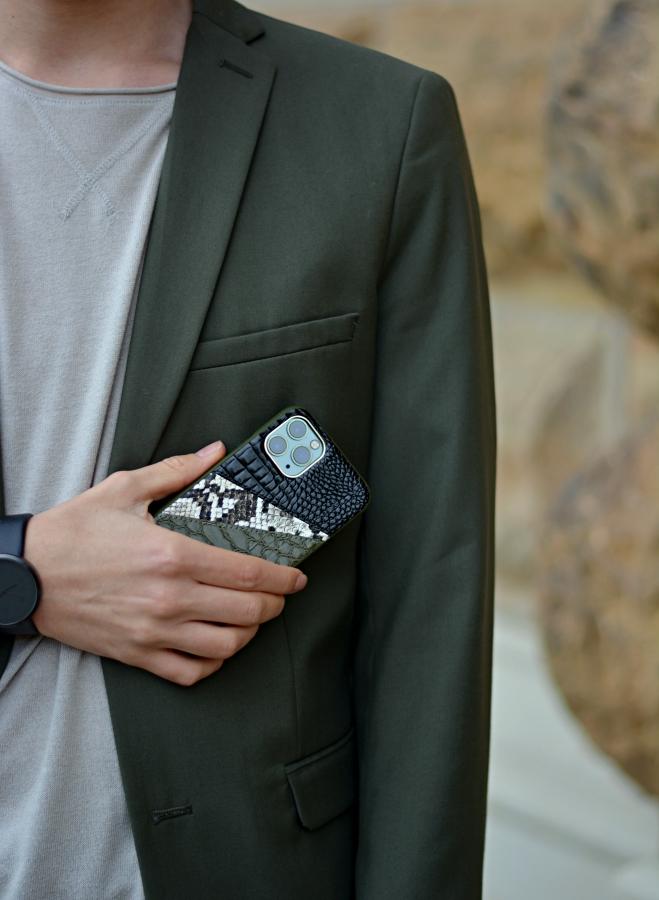 Detailaufnahme Handyhülle. Geprägtes Kunstleder in Schwarz, Schlangenoptik und Grün.