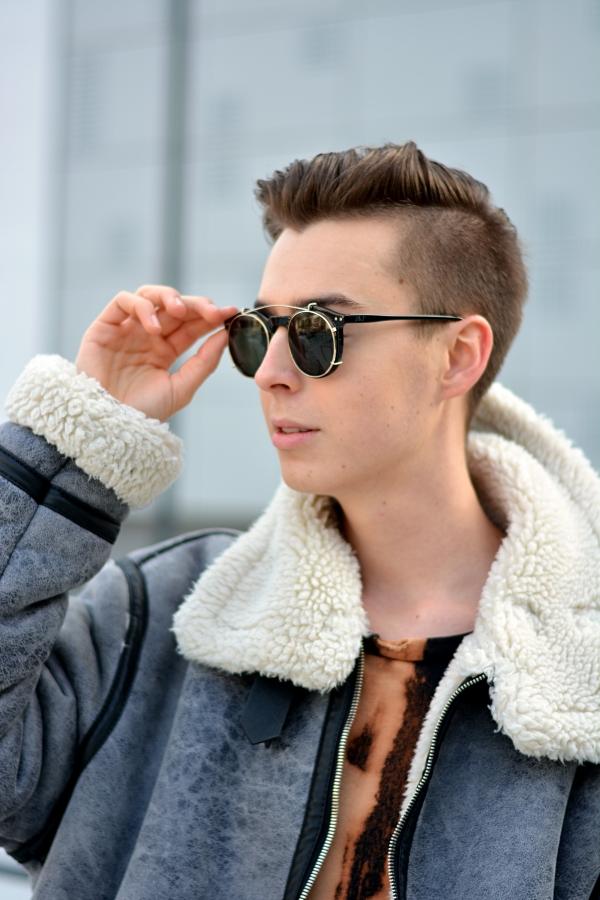 Junger Mann strahlt Selbstbewusstsein aus mit schwarzer Brille