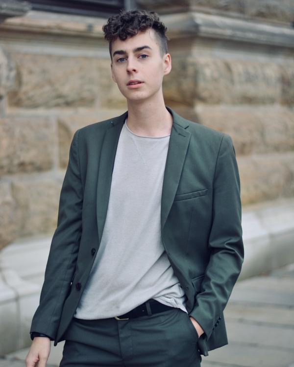 Portrait von mann im Anzug. Follower ohne Ende