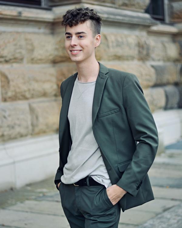 Foto für Bewerbungen  junger Mann in grünem Anzug