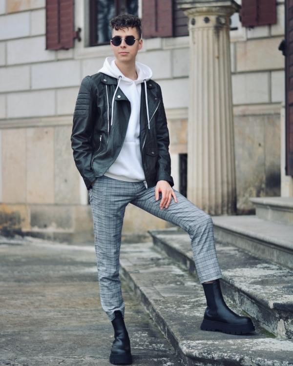 Modeblogger Pierre Engelmann mit karierter Hose und Stiefeln